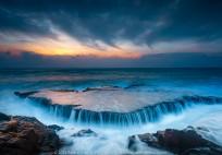 Thác Biển (RISING): Chủ thể là tảng đá có sóng trào qua, một chi tiết nổi bật, thú vị và đẹp. 1 giây ISO 50 f/11, 20mm.