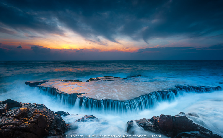 Thác Biển (RISING):  Chủ thể là tản đá có sóng trào qua, một chi tiết nổi bật, thú vị và đẹp. 1 giây ISO 50 f/11, 20mm.