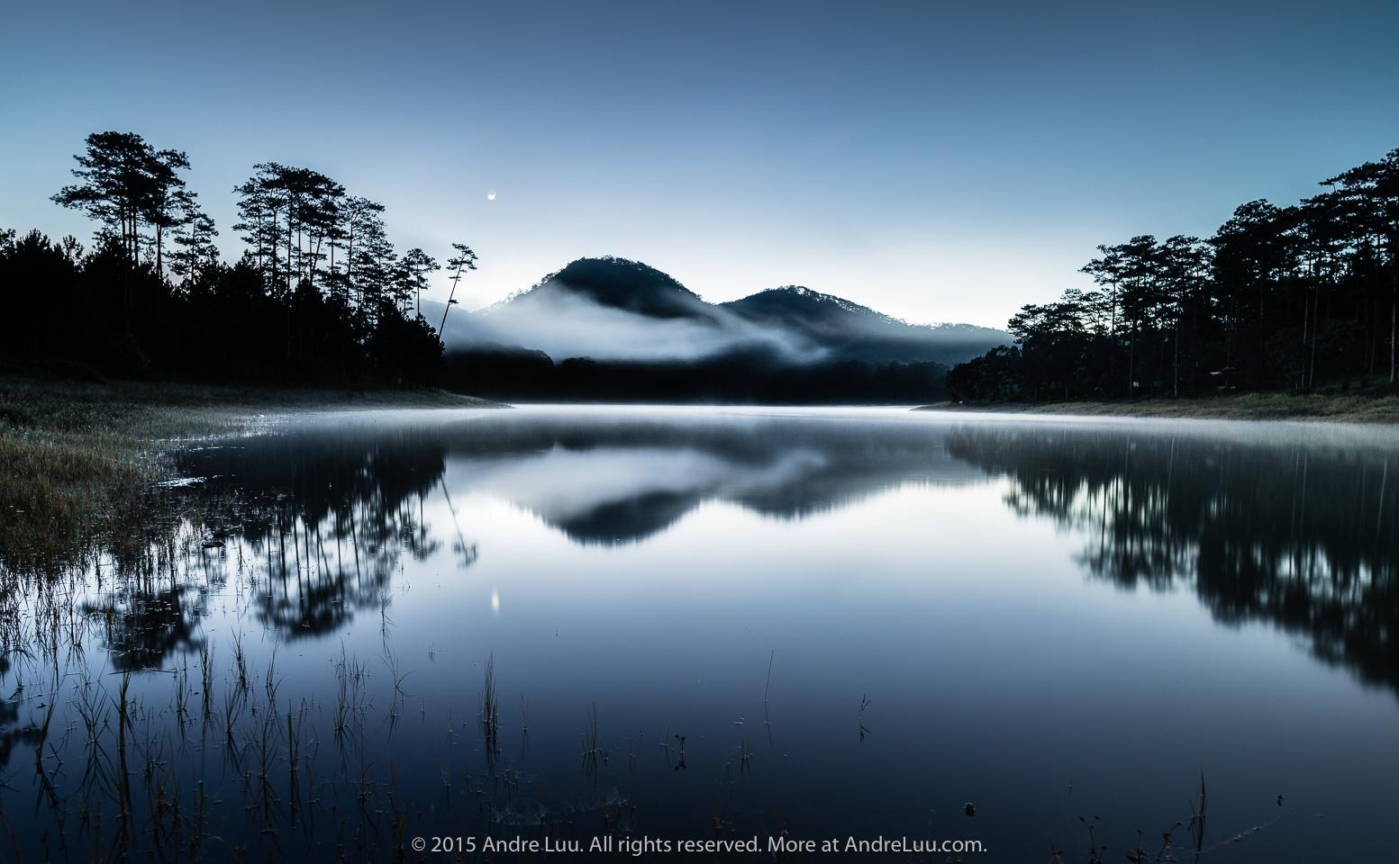 SƯƠNG BÓNG HỒ XANH (Blue Lake Reflections) 60 giây f/11 ISO 100 WB 7250K  Lúc 5:06 am. Sony a7r + Nikon 20 f/1.8.