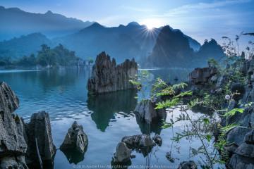 TIA SÁNG HOANG SƠ (UNTOUCHED PARADISE)  (1/80 f/16 ISO 50 WB 4000K. Sony a7rII + Sony 24-70 2.8 GM @ 24mm. Gnd R3. Na Hang, Tuyên Quang.