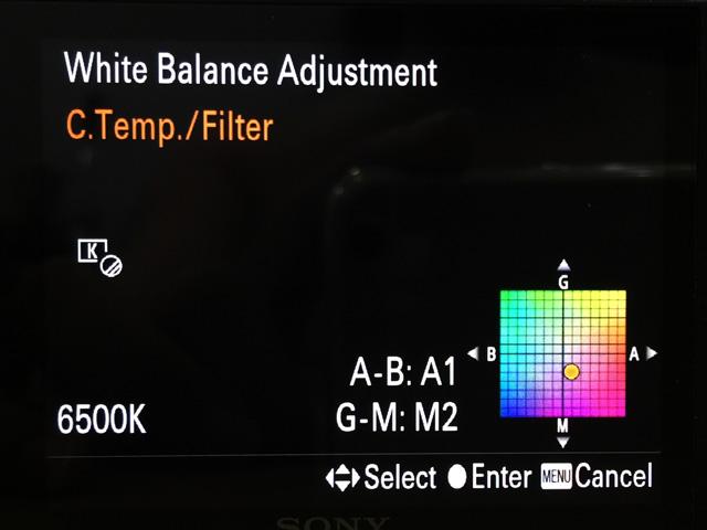 Tiếp tục di chuyển vị trí nút phải của bánh xoay để vào chể độ chọn màu, màu mà bạn cần cho binh minh và hoàng hôn có tông cam ấm (hoặc tăng thêm màu có sẵn trong bầu trời)  nằm bên phải phía dưới. Trong vd là mình chọn A=1, M=2.
